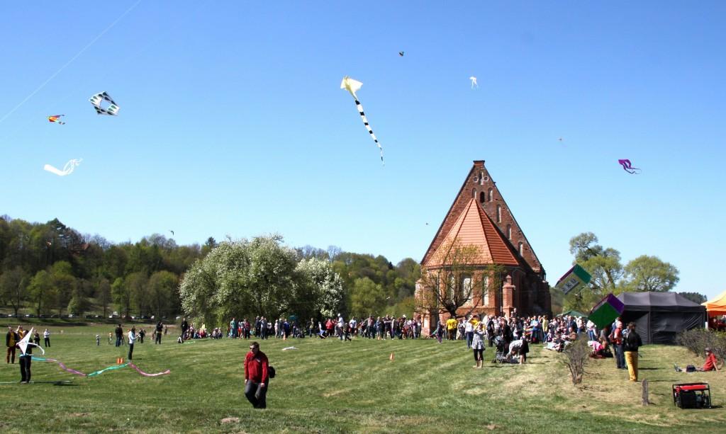 3_2 Šalia Zapyškio bažnyčios kiekvieną pavasarį vyksta didžiausias Lietuvoje aitvarų festivalis.